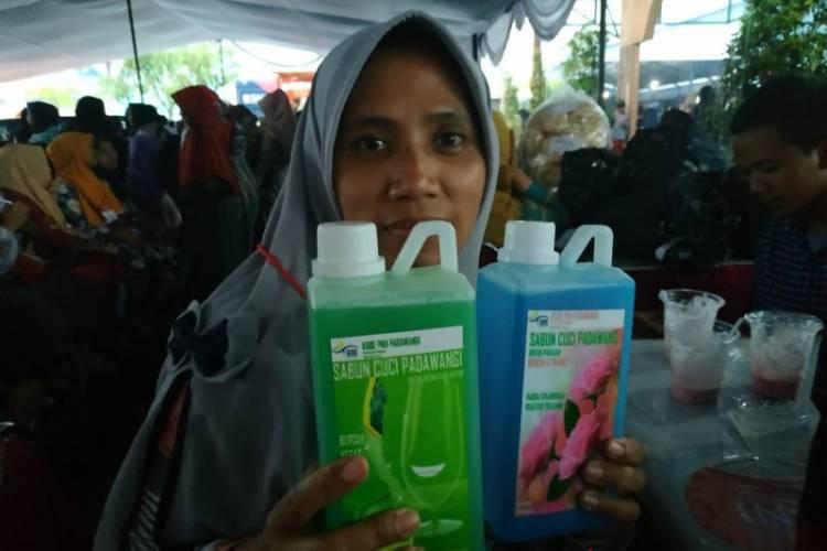 Jokowi Borong Sabun Cuci Buatan Peserta PKH