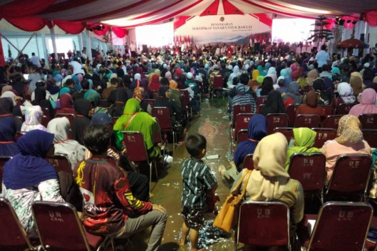 Bersusah Keliling, Ibu Dedeh Gembira Bersalaman Jokowi