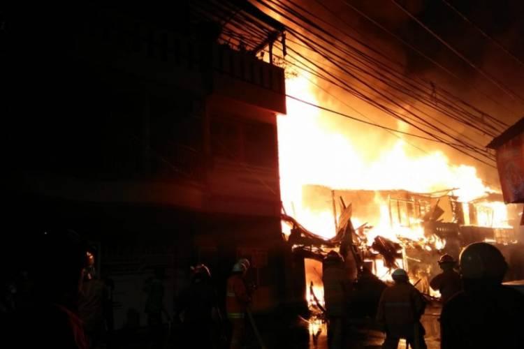 163 Petugas Padamkan Kebakaran Hebat di Tomang Utara