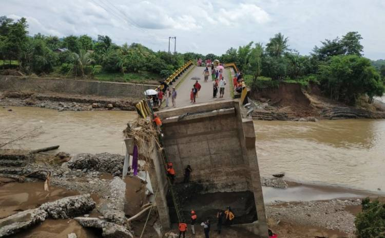 Jembatan Putus, Warga Nekat Menyeberang Gunakan Tangga Bambu