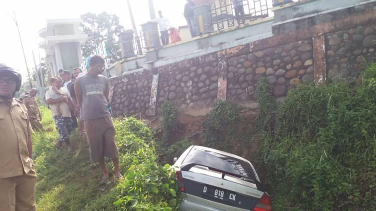 Sopir Ngantuk, Mobil Lancer Hantam Turap Masjid di Merangin