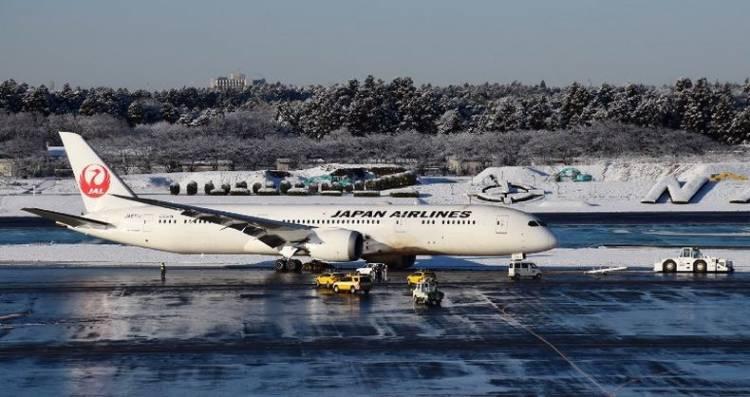 Pesawat Jet Japan Airlines Tergelincir, Bandara Ditutup