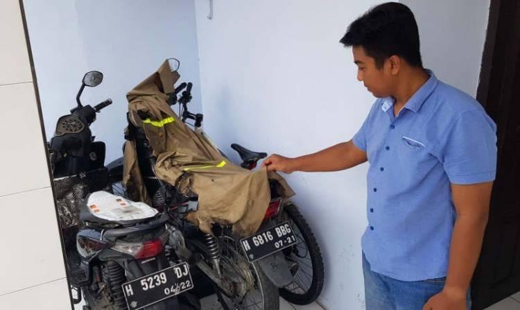 MARAK! Teror Tiga Sepeda Motor Dibakar di Teras Rumah di Semarang