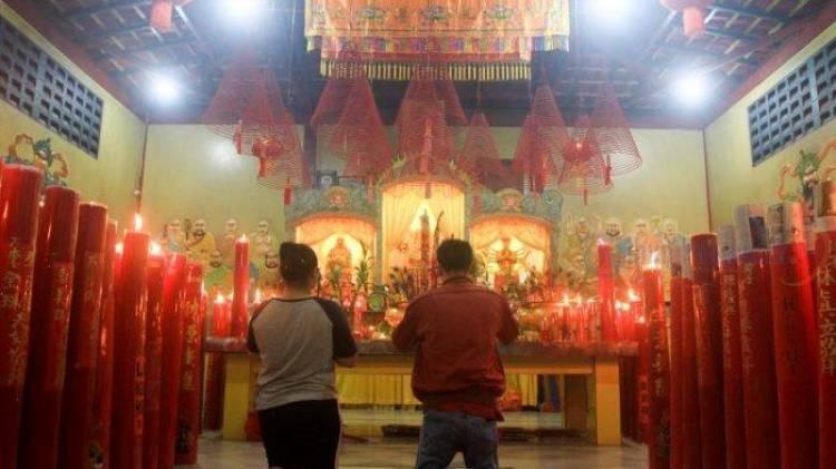 Warga Tionghoa Minta Kelancaran Rezeki di Shio Babi-Tanah