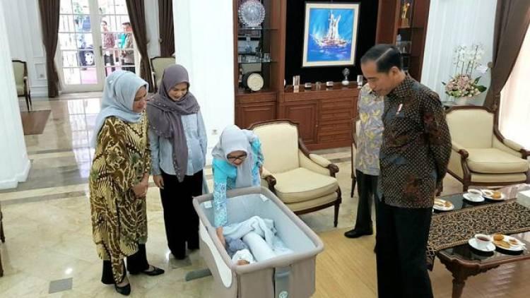 Jokowi Jenguk Cucu Baru JK ke-15