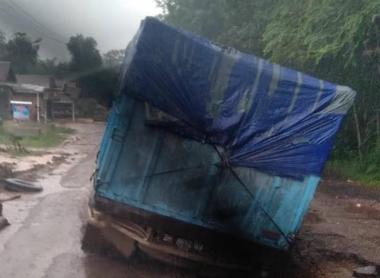 Rusak Parah, Jalan Lintas Jambi - Tembesi Makan Korban dan Pemicu Kemacetan