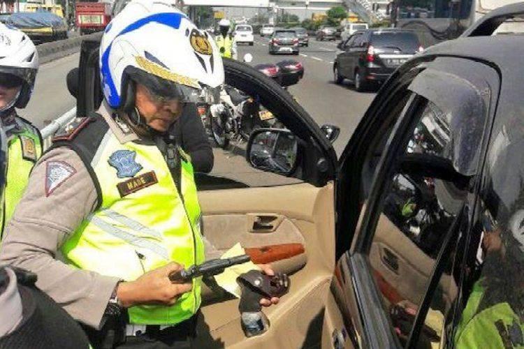 Teng! Operasikan GPS Saat Berkendara Bisa Dipenjara 3 Bulan