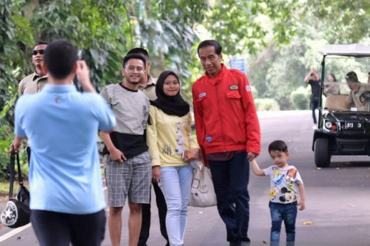 Presiden Ajak Cucu Keliling Kebun Raya Bogor
