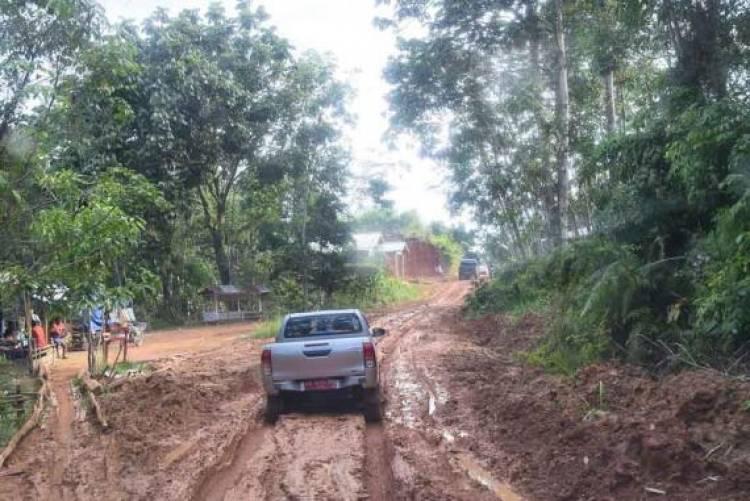 Jalan Rusak Berat, Butuh Waktu 1,5 Jam Tiba di SMPN 8 Sepauk