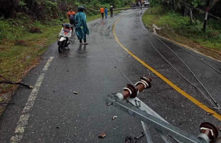 Dua Tiang Listrik Roboh Jalan Nasional Bangko-Kerinci Sempat Lumpuh