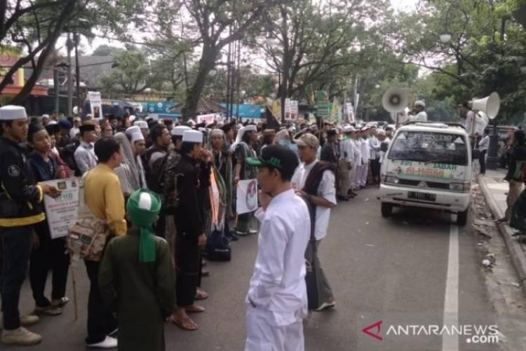 Sidang Perdana Bahar Smith Diwarnai Unjuk Rasa FPI dan Pendukung