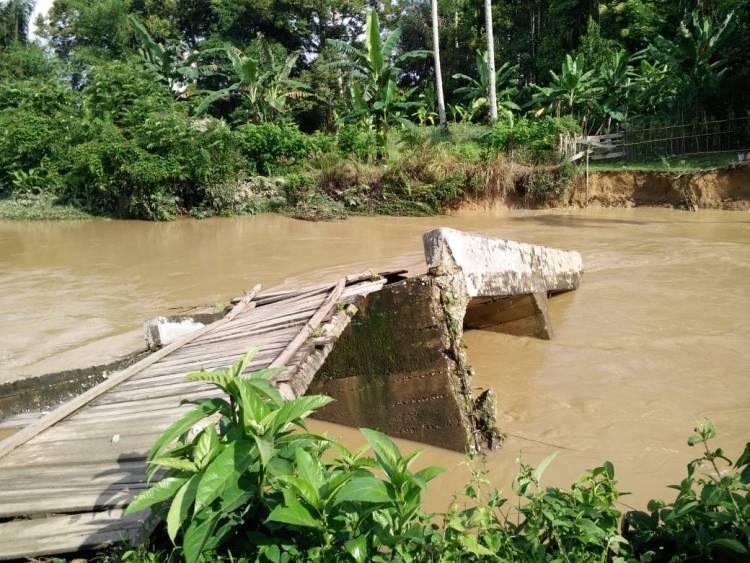 Diterjang Banjir, Jembatan di Kabupaten Sarolangun Roboh