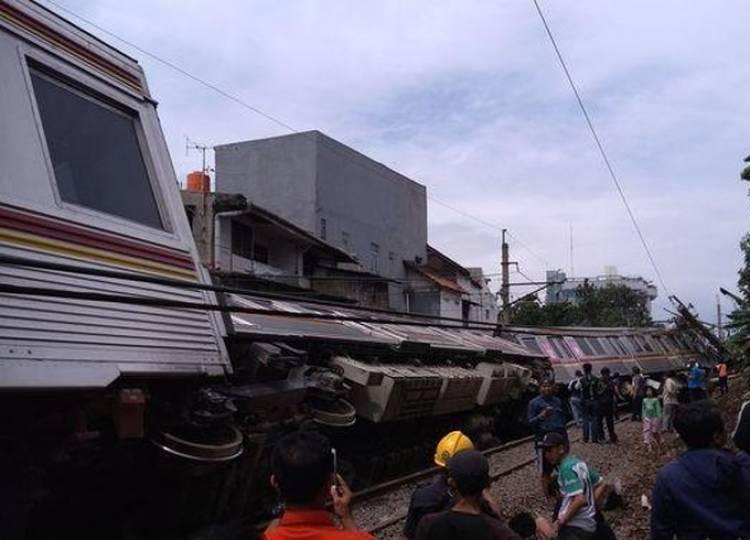 KRL Terguling, Jalur Jakarta-Bogor Lumpuh