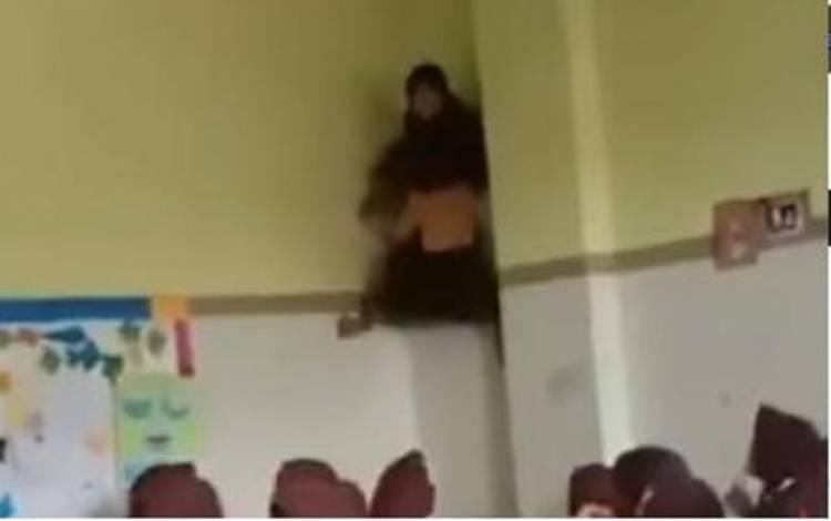Viral Panjat Dinding Sekolah, Kelakuan Anak SD Ini Mirip Sipdergirl