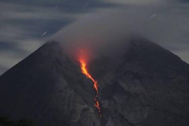BAHAYA, Gunung Merapi Muntahkan Lava 800 Meter
