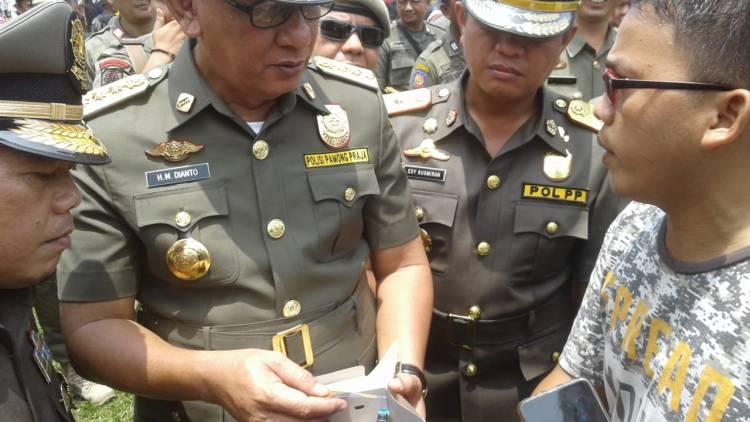 Pasca Diusir Wartawan Berikan Kado HUT Satpol PP ke Sekda M Dianto, Ternyata Isinya...