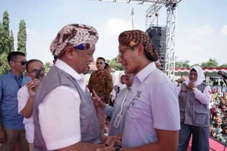 Hadiri Deklarasi Dukungan Purnawirawan TNI/Polri, Sandi Dikasih Blangkon