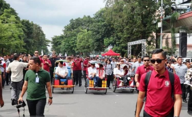 Gunakan Baju Adat Jokowi Naik Becak Hadiri Rapat Akbar di Karebosi