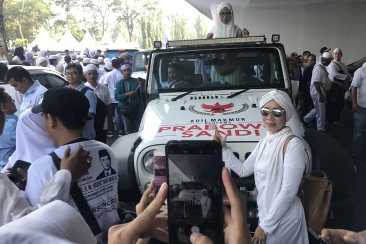 Pendukung: Bangga Bisa Foto di Mobil Prabowo