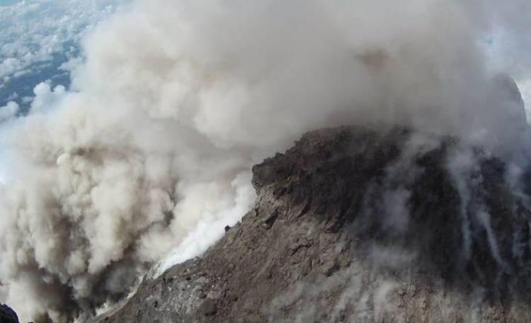 Gunung Merapi Meluncurkan Awan Panas Guguran 1 KM