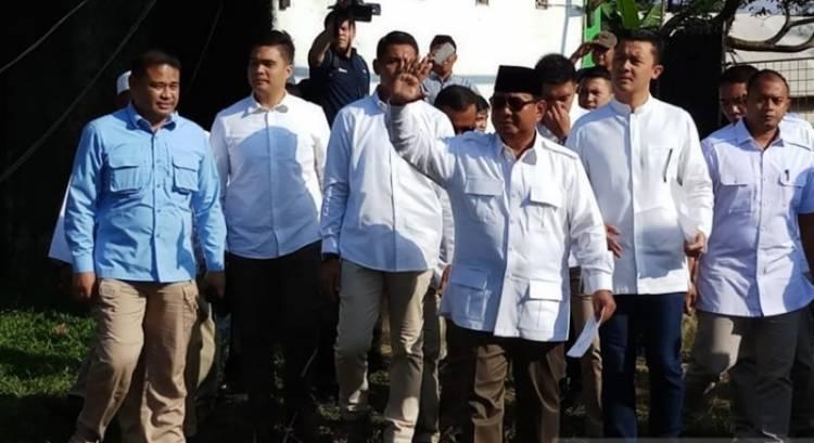 Prabowo Berikan Suaranya di TPS 041