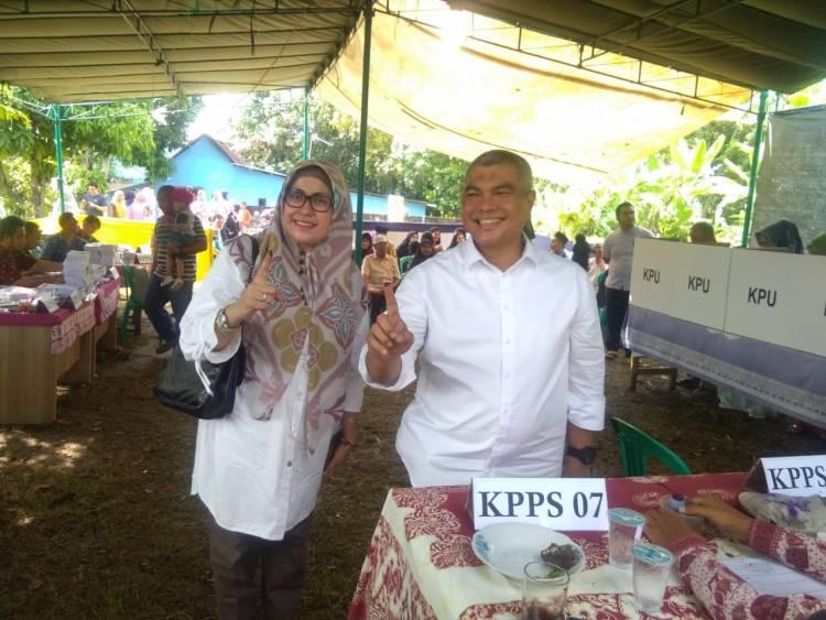 Ketua TKD Provinsi Jambi Agus Roni dan Istri Nyoblos di TPS 14 Jelutung