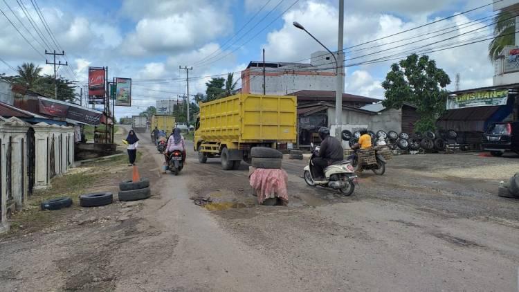 Warga Pelayang Sarolangun Letakkan Ban Mobil di Tengah Jalan Lintas