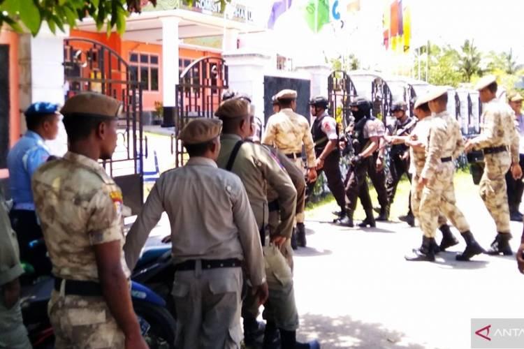 KPU Biak Dijaga Ketat Aparat POLRI-TNI, Setiap Tamu Diperiksa