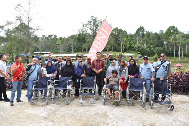 Berikan Kuliah Umum, Fasha Juga Bhakti Sosial Serahkan Kursi Roda kepada Warga Kerinci