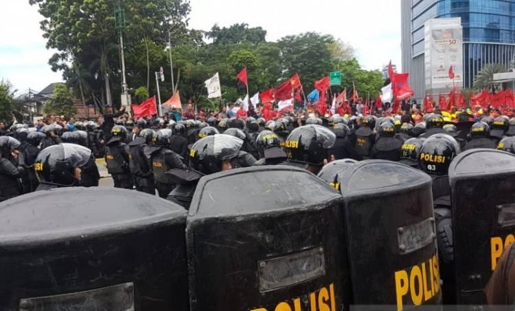 Polisi dan Buruh Terlibat Aksi Dorong di Jalan Sudirman
