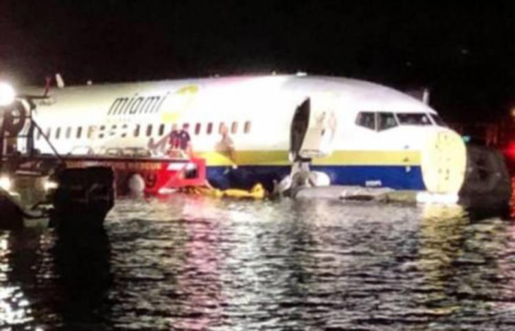 Pesawat Boeing 737 dengan 136 Penumpang Tercebur ke Sungai