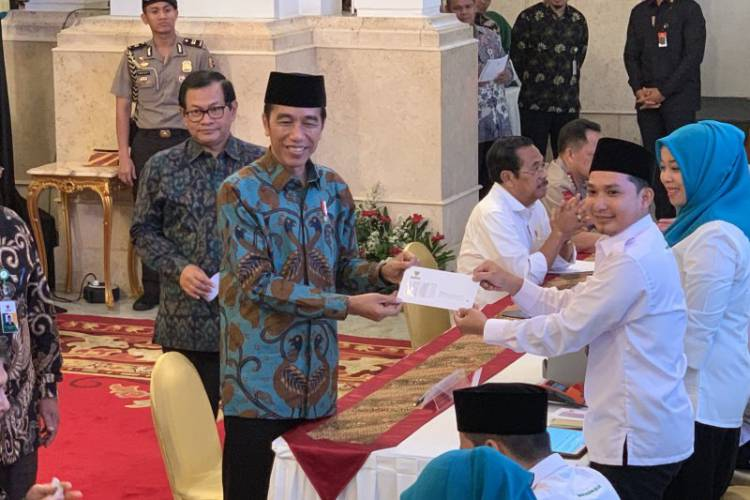 Wow! Jokowi Bayar Zakat Mal Rp55 Juta Melalui Baznas