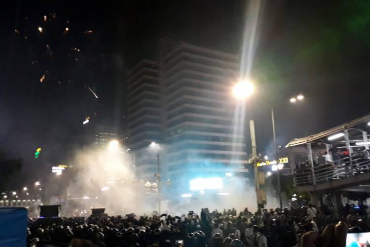 Pasukan Brimob Lepaskan Tembakan Bubarkan Massa