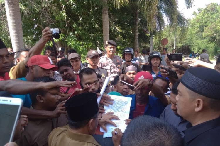 Gubernur Malut Teken Tuntutan Pengunjuk Rasa