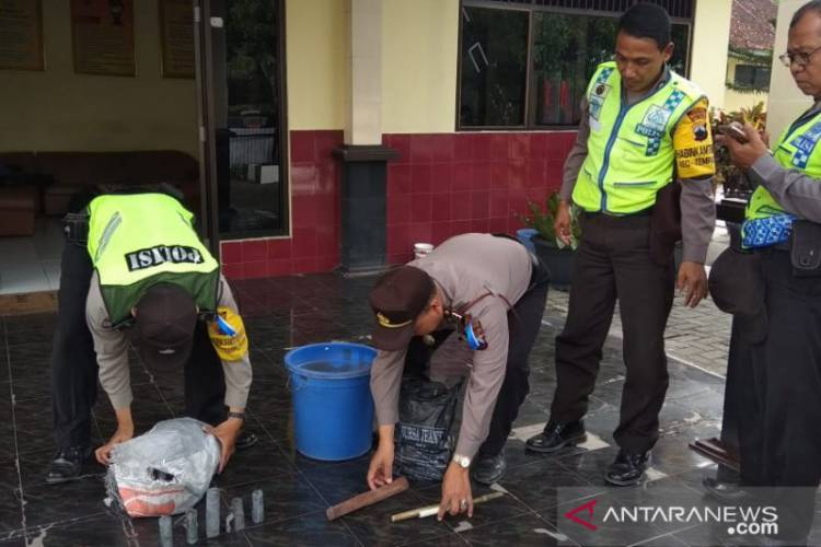 Polisi Amankan Ratusan Petasan Dari Rumah Korban Ledakan