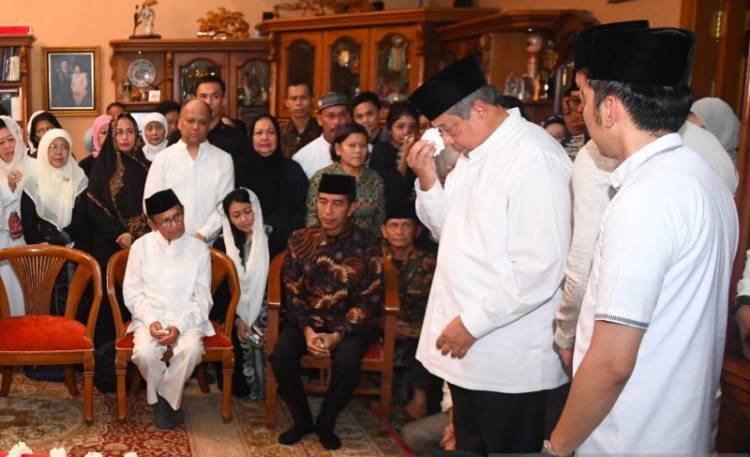 Air Mata SBY Keluar di Depan Pusara Ani Yudhoyono