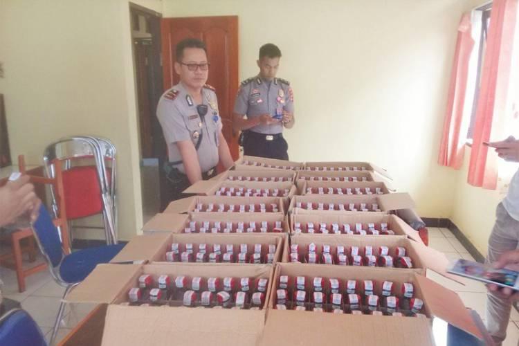 Polisi Tangkap Dua Kru Maskapai Kawal 336 Botol Minuman Selundupan