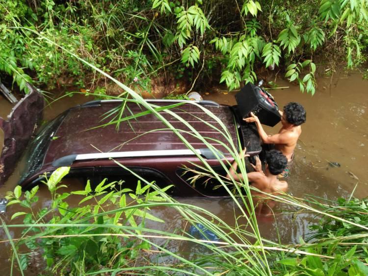 Mengelak Lobang, Minibus Terios Masuk Jurang 10 Meter di Bungo