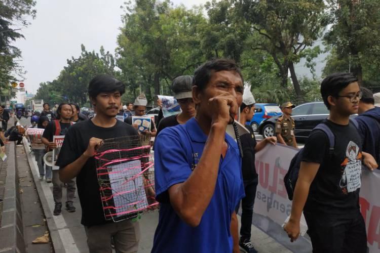 Tolak IMB Pulau Reklamasi, Mahasiswa Aksi Jalan Mundur