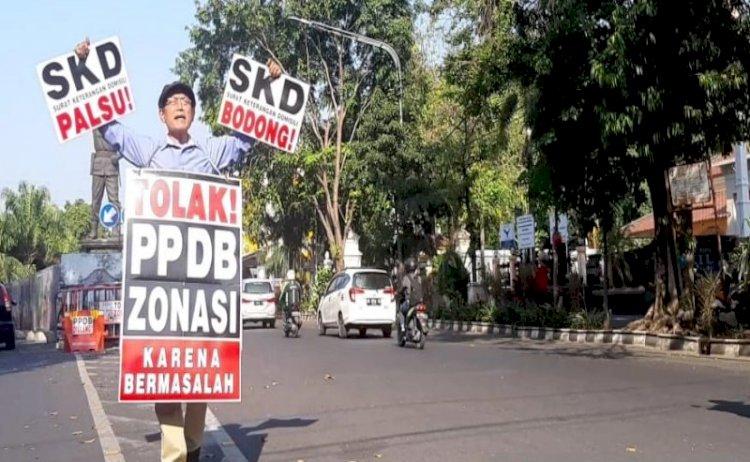 Seorang Warga Solo Aksi Tolak Sistem PPDB