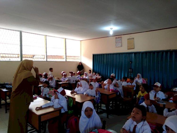 Hari Pertama Sekolah, Siswa Sibuk dan Orang Tua Pun Ikut Sibuk