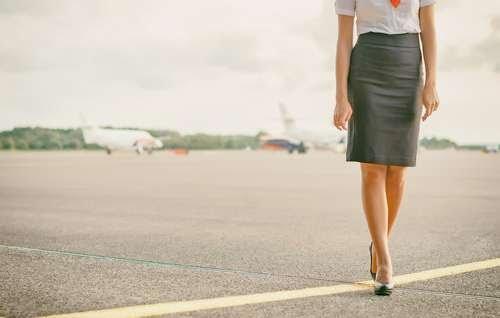 Pramugari Ini Siap Layanan Mesum di Toilet Pesawat, Gaji Kurang Jadi Alasan