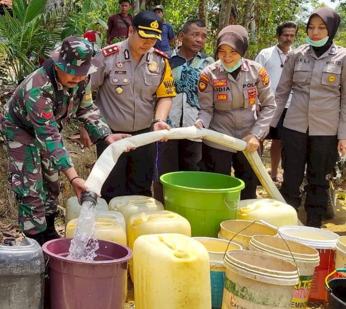 Kemarau Panjang, Polisi Merangin Kirim 10 Ton Air Bersih