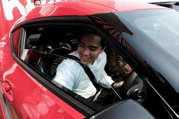 Momen Gibran & Kaesang Menjajal Supra di Pabrik Toyota