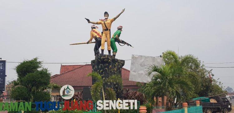 Lapor Pak Jokowi! Gara-gara Asap, Patung Tugu Juang Sengeti Dipasangi Masker