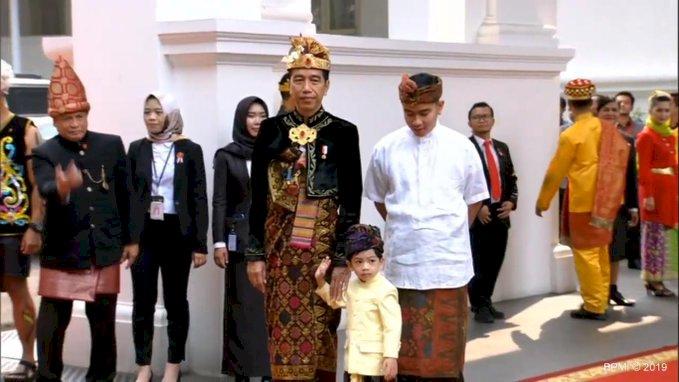 Netizen Histeris Lihat Jan Ethes Pakai Baju Bali
