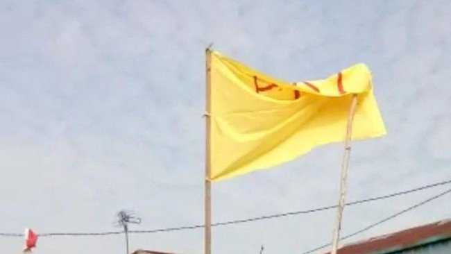 Wow!!! Pria Kibarkan Bendera Bertulisan 'PKI' di Kalbar