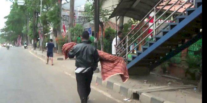Tak Diberi Tumpangan Ambulans, Ayah Gotong Jenazah Anak Pulang ke Rumah