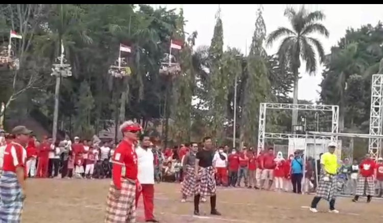 Keceriaan Wako Jambi Main Bola Gunakan Sarung