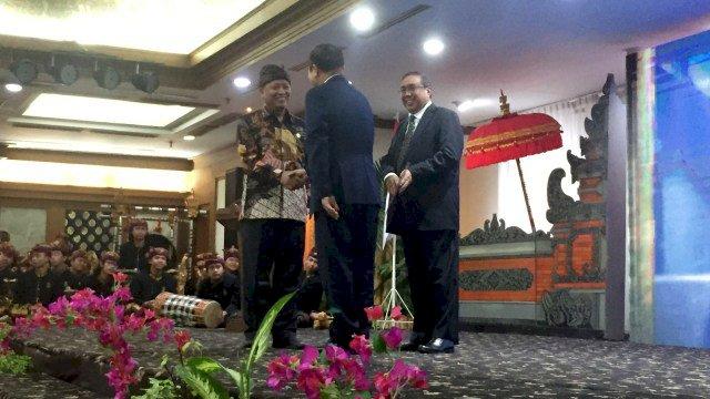 Menristek Dikti Perkenalkan Rektor Orang Asing Pertama di Indonesia
